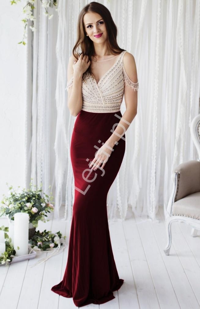 Przepiękna suknia wieczorowa z górą beżowo złotą wyszywaną perełkami, dół w kolorze bordo. Suknia przyległa do ciała. Suknia wysadzana na gorsecie i na ramionach perełkami i koralikami. Tył z tiulu w kolorze cielistym. Bardzo efektowna i zwracająca uwagę suknia w stylu gwiazd Hollywood. Absolutny unikat !!! Suknia z pewnością przywodzi na myśl suknie z czerwonego dywanu. Elegancka i zmyslowa propozycja na wieczór, na wesela, studniowkowy bal i karnawał.