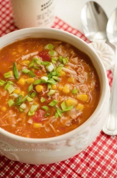 Zupa z kurczaka, kukurydzy i pomidorów ZUPA Z KURCZAKA I KUKURYDZY (4-5 porcji) 2 nogi kurczaka (udka i podudzia), 4 szklanki bulionu warzywnego, 1 czerwona papryka, 1 puszka kukurydzy, 1 puszka krojonych pomidorów, 1-2 łyżeczki koncentratu pomidorowego, 1 cebula, 1 ząbek czosnku, 1 łyżeczka domowej vegety, suszona bazylia i oregano, 1 łyżka oliwy, sól i pieprz, natka pietruszki lub szczypior W garnku rozgrzać oliwę. Wrzucić cebulę i smażyć chwilę na niewielkim ogniu, aż się zeszkli. Dodać przeciśnięty przez praskę czosnek i smażyć jeszcze kilkanaście sekund. Zalać bulionem, włożyć kurczaka i gotować pod przykryciem około 20 minut. Dodać pokrojoną w kostkę paprykę i gotować kolejne 20 minut. Wyjąć kurczaka, a gdy lekko przestygnie, obrać ze skóry, oddzielić od kości i pokroić w kostkę. Do zupy dodać mięso, osączoną kukurydzę, pomidory i koncentrat. Zagotować. Doprawić do smaku pieprzem, ziołami i domową vegetą, ewentualnie solą. Przed podaniem posypać natką pietruszki lub szczypiorem.
