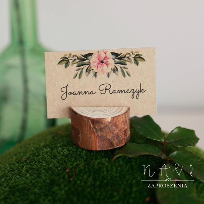 winietki na pieńku, drewniana podstawka pięknie podtrzymuje winietkę i tworzy rustykalny klimat weselnego stołu, w styl boho również dobrze się wkomponuje.