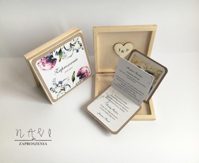 Zaproszenia dla rodziców w drewnianej szkatułce to piękna niespodzianka dla wyjątkowych gości jakimi są rodzice :)