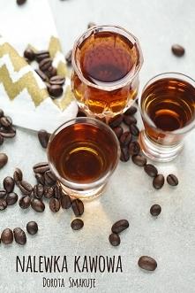 Nalewka kawowa: Składniki 0,5 szkl ziaren kawy 6 czubatych łyżek cukru 500ml wódki Wykonanie Ziarna kawy wkładamy do torebki strunowej, zamykamy, owijamy ściereczką i lekko rozb...