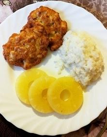 Placuszki z piersi kurczaka z ryżem i ananasem