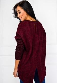 Miękki sweter z rozcięciem z tyłu i wisiorkiem