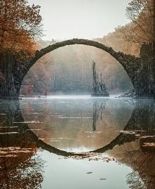 Stary most nad jeziorem Rakotz w Niemczech.
