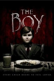 The Boy (2016) świetny film!! Młoda Amerykanka opiekuje się lalką, która należy do zdziwaczałych londyńczyków. Wkrótce dziewczyna odkrywa, dlaczego rodzina traktuje kukłę jak wł...