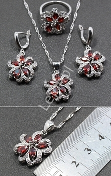Przepiękny zestaw biżuterii z próbą 925 ( wybita na zawieszce ). Zestaw o kwiatowym kształcie. Czerwone kryształki w cudnym niesamowitym połysku wszystko to w misternie wykonane...