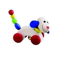 Uśmiechamy się:) z drewnianym pieskiem od Detoa 13567.  Piesek jeździ na kółeczkach, wprawiając go w ruch dziecko usłyszy delikatne dźwięk dzwoneczka.   Piesek ma fajny kolorowy...