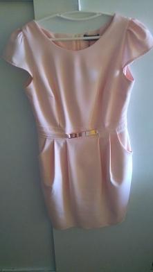 Witam, mam na sprzedaż nową sukienkę. Szykowna sukienka ze strukturalnej, bawełnianej tkaniny w delikatnym, różowo pudrowym kolorze. Z tyłu zapinana na kryty zamek. Posiada dwie...