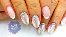 Eleganckie, delikatne i minimalistyczne zdobienie. French manicure z połyskującym elementem. Link do filmu w komentarzu.