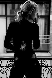 """""""Dawniej dziwiło mnie, że wiele naprawdę świetnych dziewczyn nie miało faceta. Teraz absobutnie się im nie dziwię. Wolą być same (nie mylić z samotne) nie dlatego, że nikt ..."""