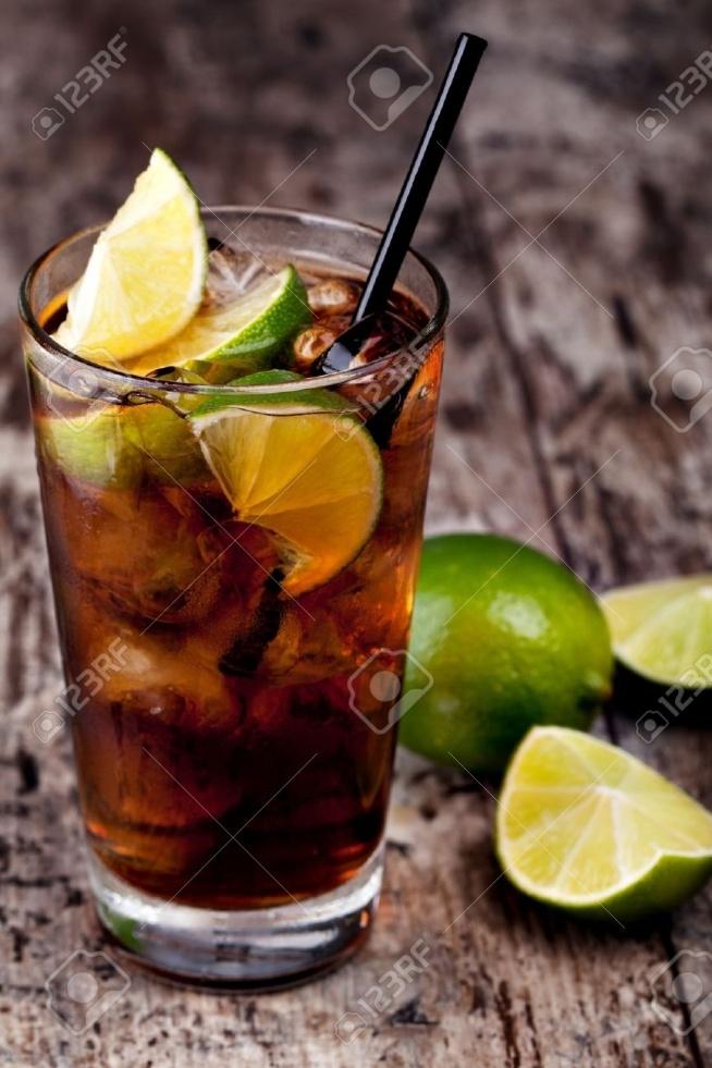 Cuba libre  50 ml ciemnego rumu coca-cola do uzupełnienia kostki lodu jedna limonka Wrzucić lód do wysokiej szklanki, limonkę pokroić w cząstki, z każdej wycisnąć sok i również wrzucić, zalać rumem, uzupełnić colą, całość zamieszać. można zrobić dekorację, dodać słomkę. Bardzo prosty w wykonaniu drink który jest przepyszny