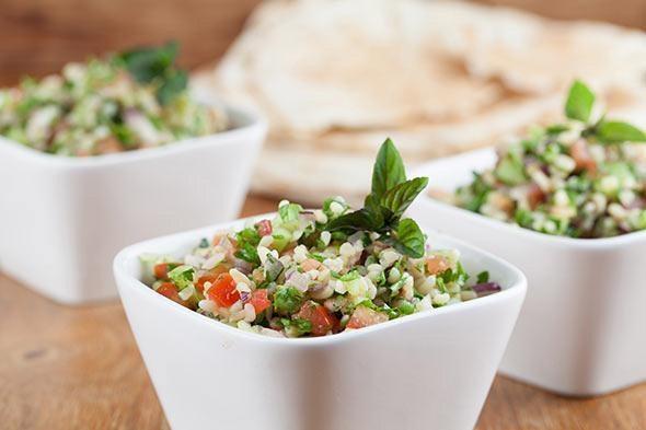 sałatka tabbouleh  Składniki (porcja dla 4 osób)   ½ filiżanki pszenicy bulgur 1 filiżanka wrzącej wody 2 obrane, pozbawione nasion i pokrojone ogórki 2 pomidory pokrojone w kostkę sok oraz skórka otarta z 1 cytryny ¼ filiżanki oliwy z oliwek+ 2 łyżki dodatkowo ½ posiekanej czerwonej cebuli ½-1 filiżanki drobno posiekanej natki pietruszki ½ filiżanki drobno posiekanej świeżej mięty sól i pieprz   Przygotowanie Do żaroodpornego naczynia wsyp pszenicę bulgur oraz wlej 2 łyżki oliwy. Całość zalej wrzącą wodą i przykryj. Pozostaw na 15 minut. W przypadku, gdy po upływie tego czasu kasza jest jeszcze zbyt twarda, pozostaw ją pod przykryciem na kolejne 5 do 10 minut. Jeżeli będzie to konieczne, odlej nadmiar wody. Ściśle przestrzegaj planu detoksykacyjnego i sprawdź cztery inne, ale równie proste w przygotowaniu przepisy na skuteczne oczyszczanie organizmu: Różowy, dodający energii, oczyszczający koktajl  Wegetariańskie naleśniki z cieciorki  Chipsy z zapiekanego jarmużu  Sałatka z ryżu, pieczarek i rodzynek