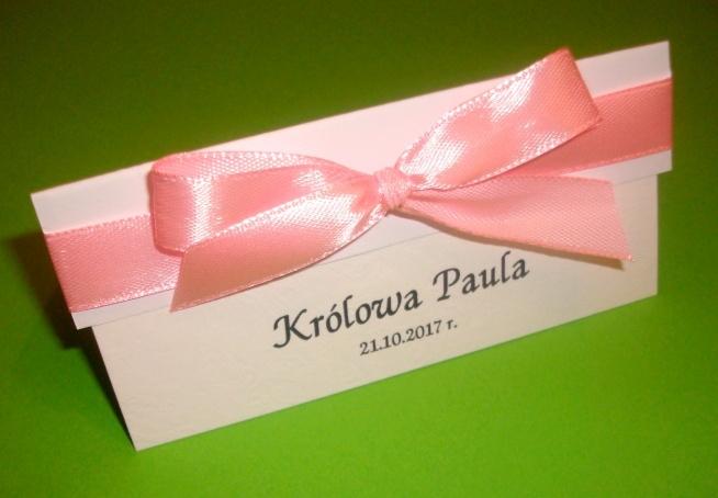 Białe winietki z kolekcji BRITTA z tasiemką w kolorze ciepłego różu :)  Masz pytania? Chcesz złożyć zamówienie? Pisz! kraina_czarow@interia.pl  *link do aukcji w komentarzu