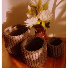 Ręcznie robione koszyki ze sznura bawełnianego w kolorze ciemno szarym.