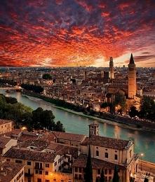 Niezwykłe niebo nad Weroną we Włoszech