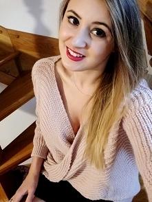 Ten sweter możesz nosić na dwa sposoby: eksponując dekolt lub plecy :) Rewela...