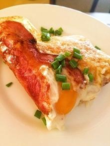 Jajko sadzone na boczku - białko plus tłuszcz :)