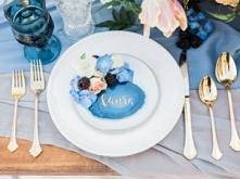 Błękitny motyw na stole wes...