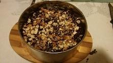 Brownie z batatów: z polewą z gorzkiej czekolady oraz posypane orzechami laskowymi. Pierwszy raz robione. Po przekrojeniu dodam zdj i dam przepis. :)