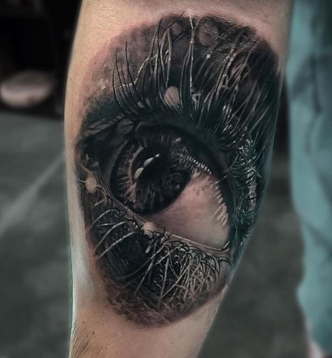 oko wytatuowane na łokciu
