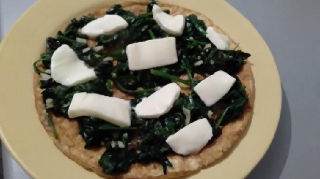 omlet ze szpinakiem i mozzarellą