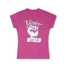 Koszulka damska Never Give Up! Idealna na prezent dla kobiet, które nigdy się nie poddają. Koszulka w 100% bawełniania spełanijąca wszystkie europejskie standardy.Sprawdź wszyst...