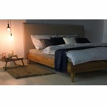Sypialnia w odcieniach beżu i granatu Łóżko SLIMWOOD - połączenia tkaniny i d...