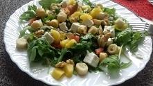 sałatka z rukolą,mango, orzechami włoskimi, feta, słonecznikiem i grzankami. ...