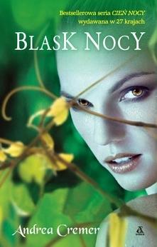 Rozdarta pomiędzy dwoma chłopakami, zbuntowana przeciwko swemu przeznaczeniu dziewczyna nocą zmienia się w piękną i groźną Strażniczkę swojej rasy. Uwięziona przez swoich zaciek...