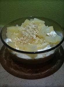 Kolacja w słodkim stylu, czyli serek wiejski z kawałkami ananasa i siekanymi ...