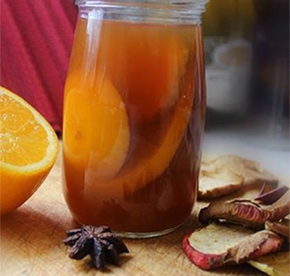 Zimowa herbata z pomarańczą i suszonymi jabłkami