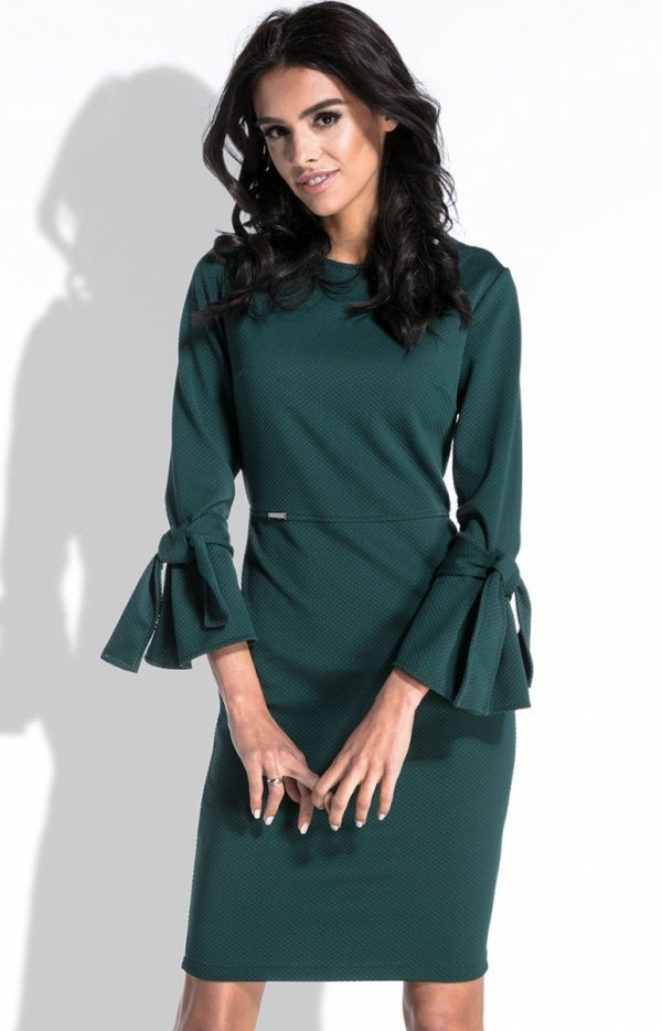 Fobya F446 sukienka zielona Urocza sukienka, o dopasownaym fasonie, który podkreśla sylwetkę, ciekawa tkanina w delikatny wytłaczany wzorek