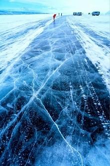 Zamarznięte jezioro Bajkał ...