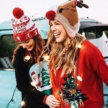 """Każda wymówka jest dobra ,żeby założyć """"brzydki"""" świąteczny sweter. Nikt nie może mi powiedzieć, że nie uwielbia potajemnie nosić tych koszmarków."""