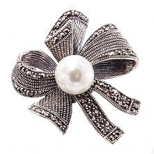 Pomysł na prezent. szukaj na braccatta.com Efektowna, duża broszka, wykonana ze srebra, wysadzanego lśniącymi markazytami z centralnie osadzoną, ogromną perłą. Broszka ma kształ...