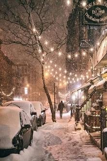 Śnieg, lampki i świąteczny spacer.
