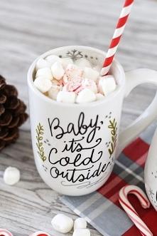 Gorąca czekolada z piankami w świątecznym wydaniu