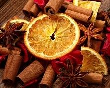 Unoszące się w domu świąteczne zapachy: -suszące się plastry pomarańczy -duża ilość -sporo goździków -przyprawa korzenna do piernika -1 rondelek gorącej płynnej czekolady do cia...