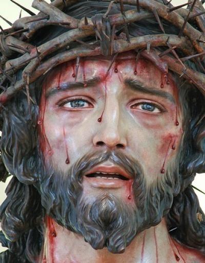 Modlitwa Ochronna przez Przenajświętszą  Krew Pana Jezusa:  Niech Przenajświętsza Krew Pana naszego Jezusa Chrystusa,  przelana na Krzyżu,  a ofiarowana podczas każdej mszy świętej na ołtarzach Całego Świata,  uwolni mnie od grzechu,  ochroni przed atakami duchów ciemności.  Niech ochroni to miejsce. Niech ochroni wszystkich członków mojej rodziny i tych, których noszę w swoim sercu. Niech zstąpi Duch Święty,  niech zwycięstwo należy do Chrystusa.  Panie Jezu, ochroń dzieci swoje,  które odkupiłeś swoją drogocenną Krwią.  Amen.