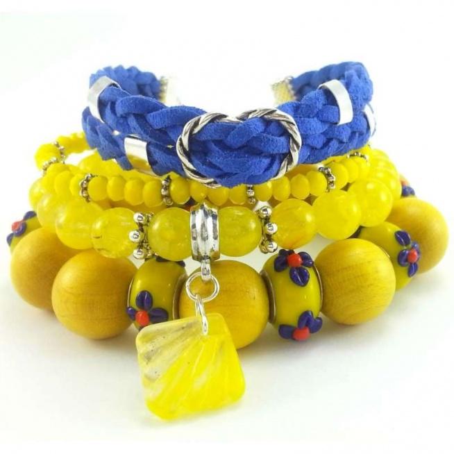 Zestaw bransoletek ze szklanych koralików i skóry naturalnej w odcieniu żółci i chabru.