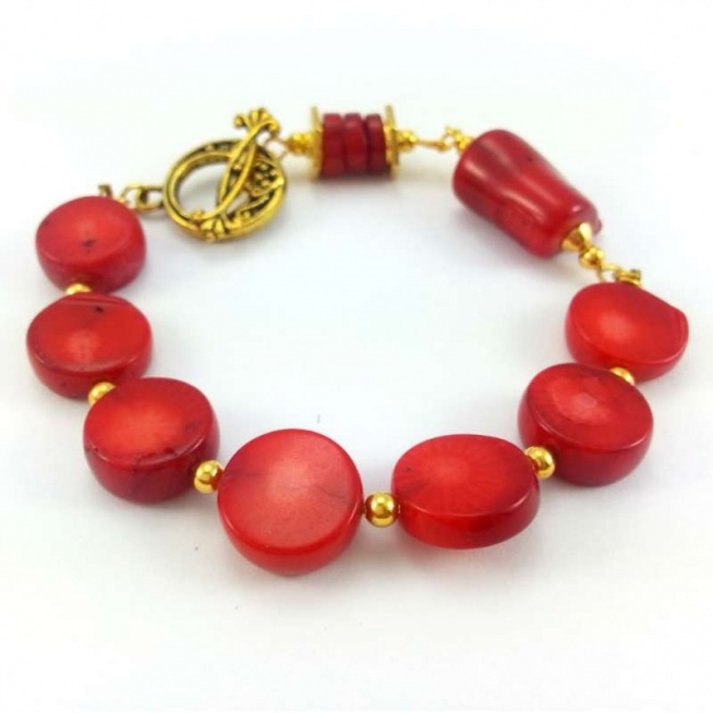 BRANSOLETKA KAMIENIE CZERWONY KORAL W ZŁOCIE  Bransoletka z naturalnym czerwonym koralem i elementami w kolorze złota.