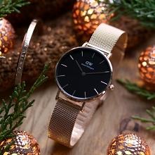 Fantastyczny zestaw prezentowy od marki Daniel Wellington. Zegarek damski na subtelnej bransolecie i minimalistyczna bransoletka. Wszystko w odcieniach różowego złota.