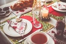 Święta to pięknie udekorowany stół z siankiem pod obrusem. Taka elegancja pod...