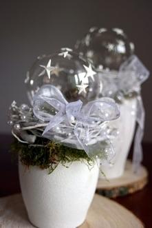 Stroik świąteczny - zdobiona ręcznie odlewanymi gwiazdami szklana, przeźroczysta bombka choinkowa, otoczona gałązkami i mchem na ręcznie malowanej doniczce ceramicznej. Różne wi...
