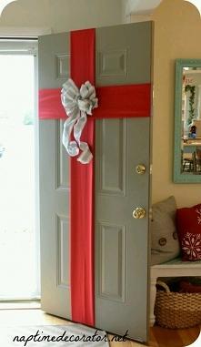 Cudny pomysł na oryginalne ozdobienie drzwi.