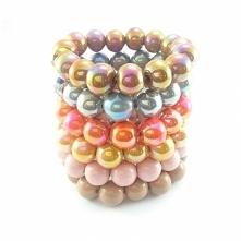 Bransoletki z dużymi kulami ceramiki i kryształkiem w różnych kolorach.