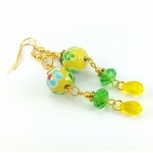 KOLCZYKI ZŁOTE Z MALOWANYM ŻÓŁTO ZIELONYM SZKŁEM  Kolczyki w kolorze złota ze szklanymi koralikami z malowanego szkła 12 mm, zielonych szlifowanych oponek 6x8 mm i żółtych łez 8...