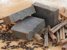 Naturalne Mydło z Cynamonem i Karobem (peelingujące)…           …zmysłowe połączenie cynamonu i goździków rozgrzeje ciało i odświeży umysł, a jego ciepły i otulający zapach przy...