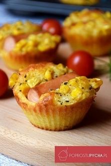 Muffinkowe hot-dogi Składniki : 3 łyżki kukurydzy 1 łyżka majonezu szczypta oregano 125 g mąki 1 łyżka proszku dopieczenia szczypta soli szczypta pieprzu 100 g żółtego sera np ...