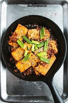 Tofu po koreańsku  Porcja dla 2 - 4 porcje Czas przygotowania: do 30 minut 2 kostki tofu / 400 g 2 łyżki oleju  1/2 cebuli 1 ząbek czosnku pół pęczka szczypiorku  Sos: 1/2 szkla...